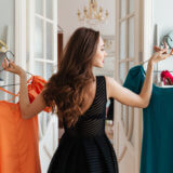 服を選ぶ女性